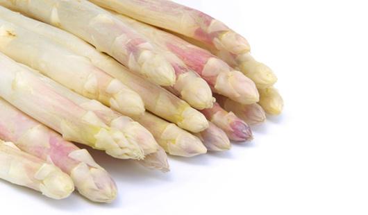 Gebratene Hühnerbrüstchen auf Spargel