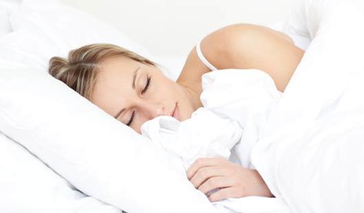 Gesunder Schlaf auf einem Zirbenholzbett