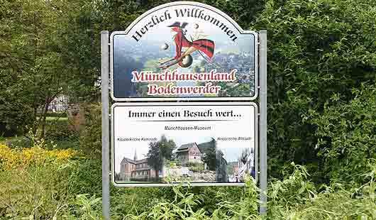 Willkommen in Bodenwerder sagt das Münchhausen-Schild