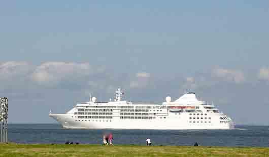 In Cuxhaven verkehren auch wie dieses kleine Kreuzfahrtschiff Luxusliner