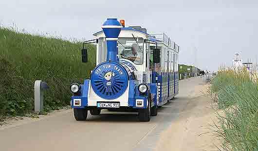 In Cuxhaven fährt die Strandbahn an der Promenade entlang