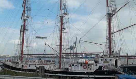 Dreimaster im Hafen von Emden - Foto von Günter Dehne