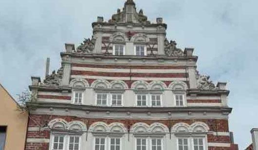 Oberste Front des Schöningsche Haus in Norden - Foto von G. Dehne