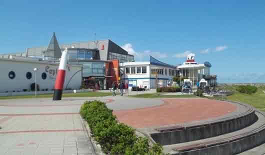 Das Strandportal in Bensersiel ist der Mittelpunkt an der Nordseeküste des Ortes