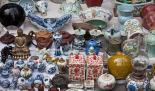 Auf einem Flohmarkt Waren verkaufen