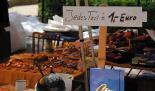 Auf einem Flohmarkt schöne Schnäppchen finden