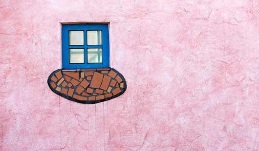 Detail:Fenster im Hundertwasser-Bahnhof in Uelzen - c Oliver Huchthausen