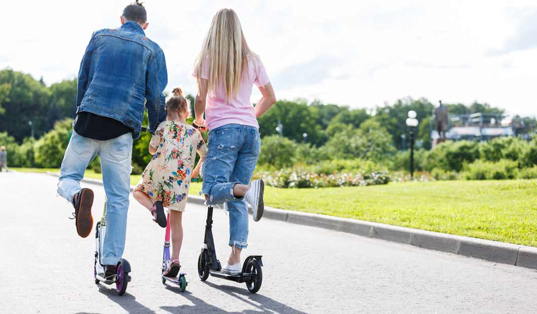 Familie auf Scootern - Foto von Clipdealer