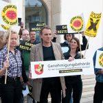Die Landtagsfraktion von Bündnis 90/Die Grünen protestiert vor dem Ministerium