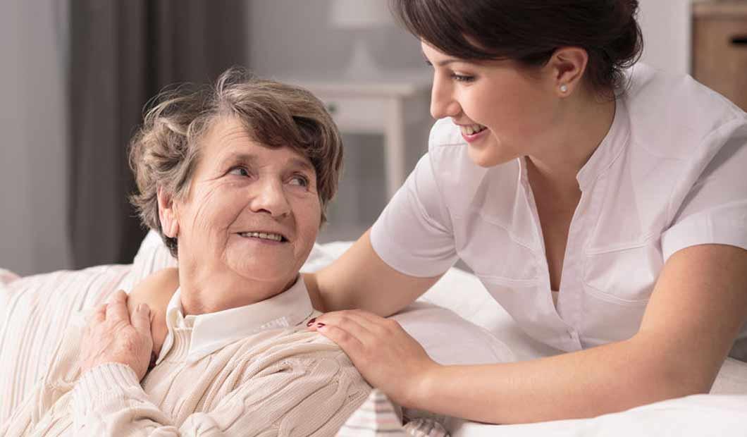 Ausgebildete Pflegefachkraft betreut Dame