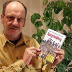 Dieter Hurcks präsentiert sein Buch zum Spargelradweg