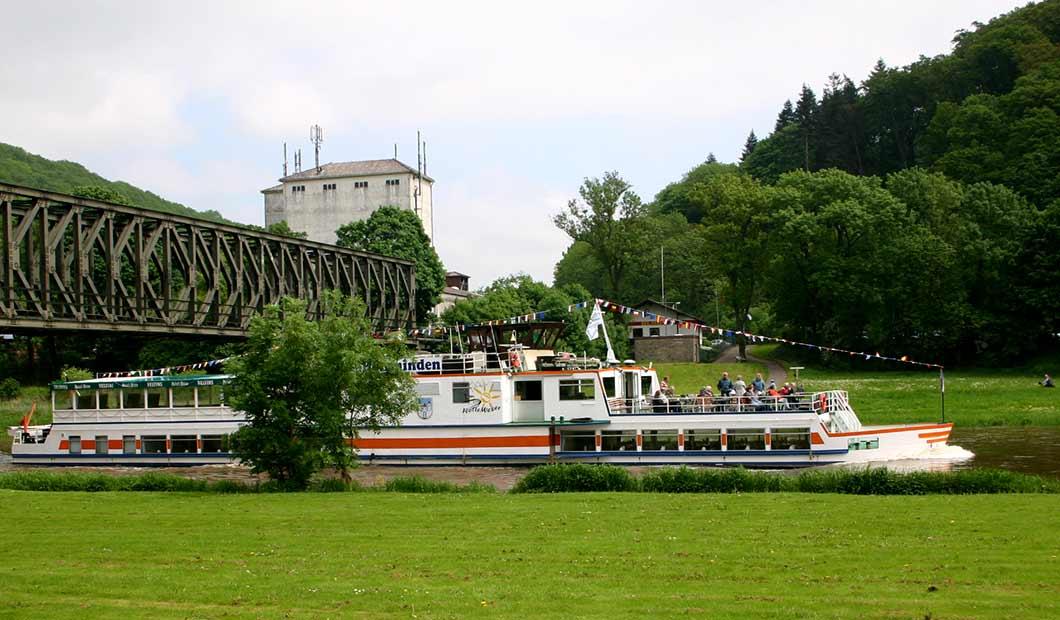 Ausflugsschiff auf der Weser im Weserbergland